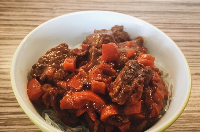 Braised beef with tomatoes and red peppers